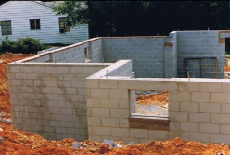 a picture of a concrete wall construction in tracy, ca